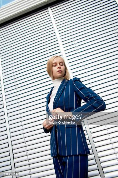 portrait of young businesswoman outdoors - giacca da abito foto e immagini stock