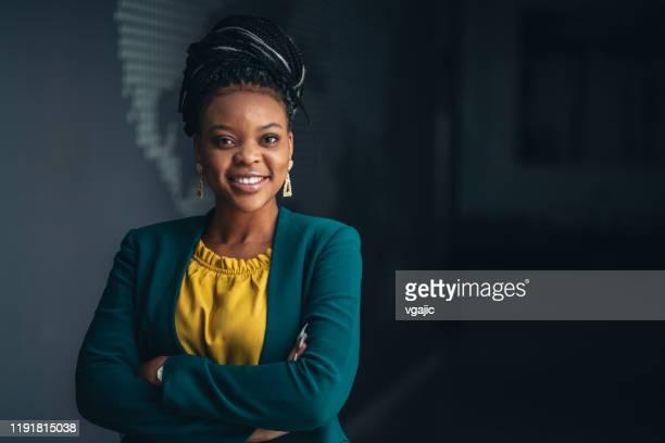 verticale de jeune femme d'affaires - d'origine africaine photos et images de collection