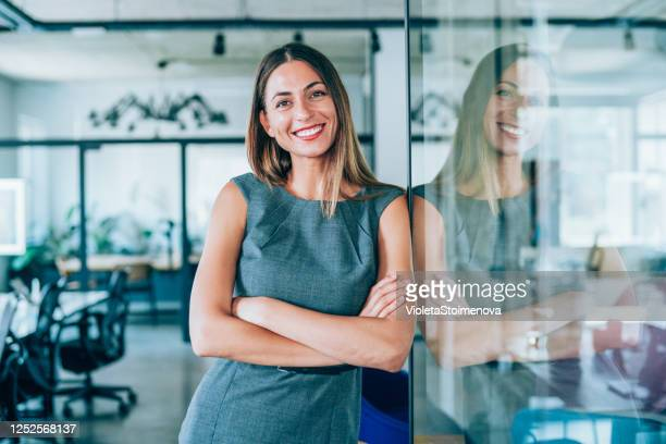 retrato da jovem empresária - mulher de negócios - fotografias e filmes do acervo