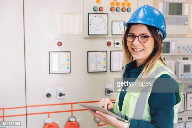 Porträt der jungen Unternehmerin in der Energie-Control-Room stehen