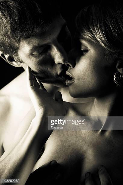 ritratto di giovane coppia sta per baciare, bianco e nero - abbracciarsi a letto foto e immagini stock