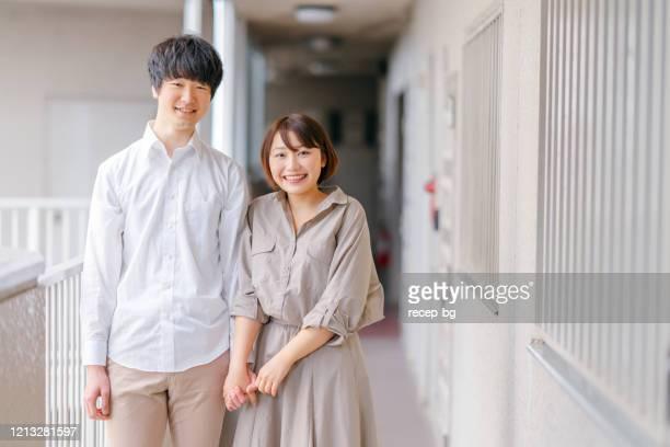 手をつないでいる若いカップルの肖像 - couple relationship ストックフォトと画像