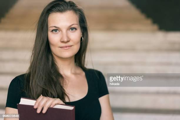 Porträt des jungen elegante Frau mit Buch