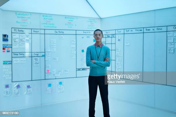 portrait of young entrepreneur in front of creative whiteboard - dreiviertelansicht stock-fotos und bilder
