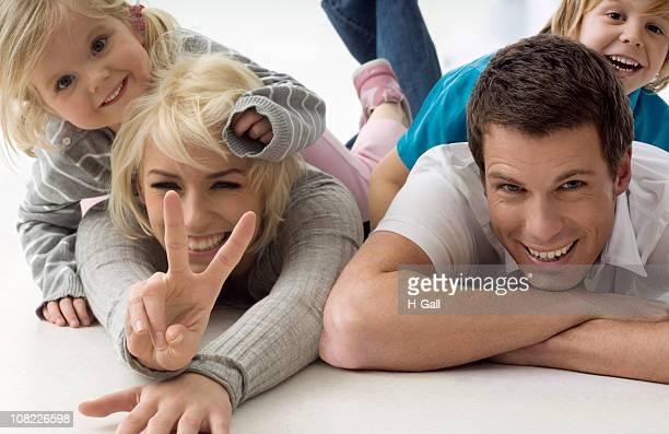 ritratto di giovane famiglia sdraiati a terra - china foto e immagini stock