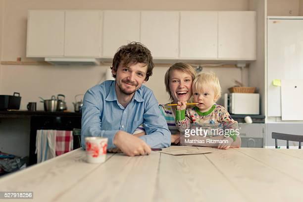 portrait of young family with toddler (1-2) - familie mit einem kind stock-fotos und bilder