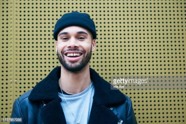 portrait of young fashionable man smiling. - cool und lässig stock-fotos und bilder
