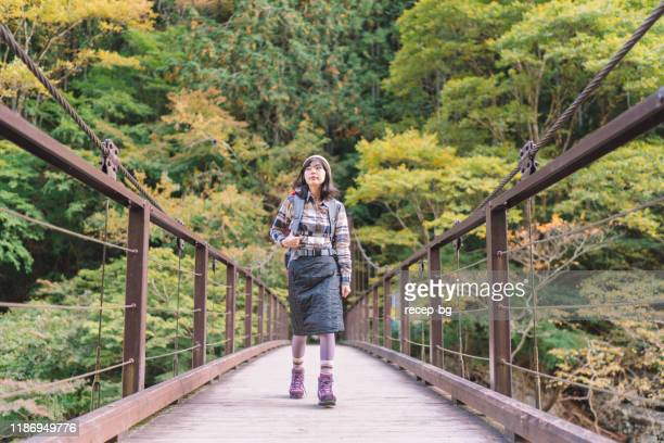 ritratto di giovane escursionista in montagna - al centro foto e immagini stock