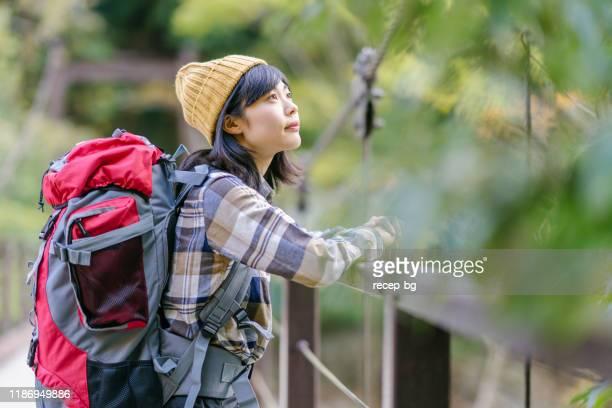 頂上の若い女性ハイカーの肖像。 - アウトドア ストックフォトと画像
