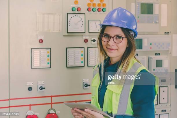 Porträt der jungen weiblichen Instandhalter arbeiten bei Energie-Kontrollraum