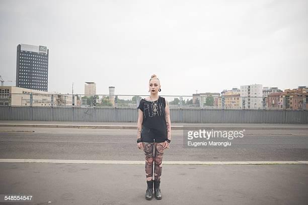 portrait of young female punk standing on city rooftop - punk photos et images de collection
