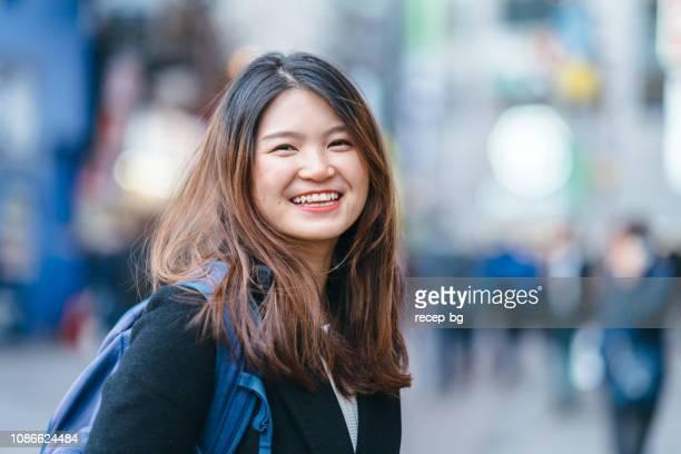 若い女性観光客の肖像画 - セレクティブフォーカス ストックフォトと画像