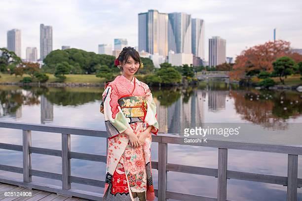 retrato de la joven furisode en el jardín japonés - seijin no hi fotografías e imágenes de stock