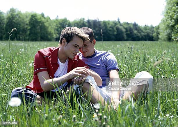 portrait of young gay couple (20-25 years) sitting in the grass - この撮影のクリップをもっと見る 2025 stock pictures, royalty-free photos & images