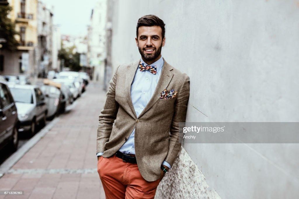 Retrato de joven guapo blogger se apoyó en la pared. : Foto de stock