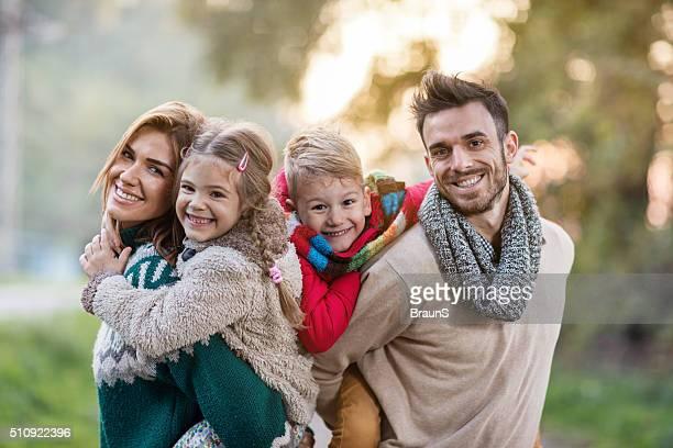 Portrait de famille jeune heureux ferroutage dans la nature.