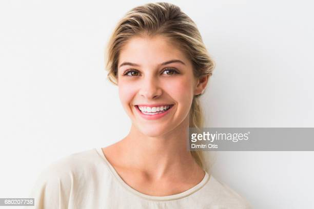 portrait of young happy woman smiling - cheveux blonds photos et images de collection