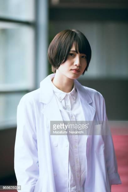 若い日本人女性研究者の肖像画 - ルーキー ストックフォトと画像