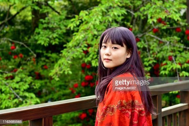 新緑の背景を持つ若い日本人女性の肖像 - 20 24歳 ストックフォトと画像