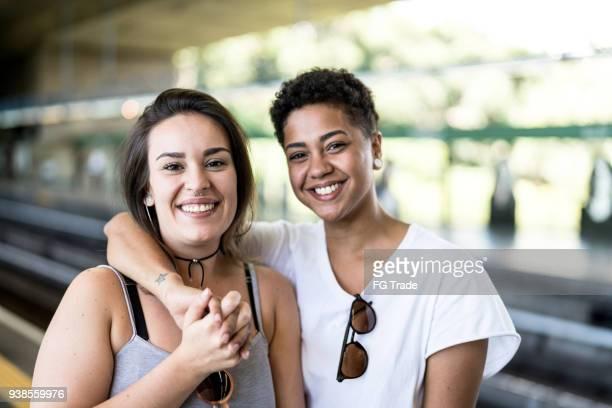 portrait de jeune couple de lesbiennes - ados lesbiennes en couple photos et images de collection