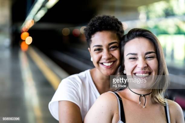 portrait de jeune couple de lesbiennes - intersex photos et images de collection