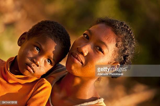 portrait of young malagasy woman and child - madagascar enfant photos et images de collection