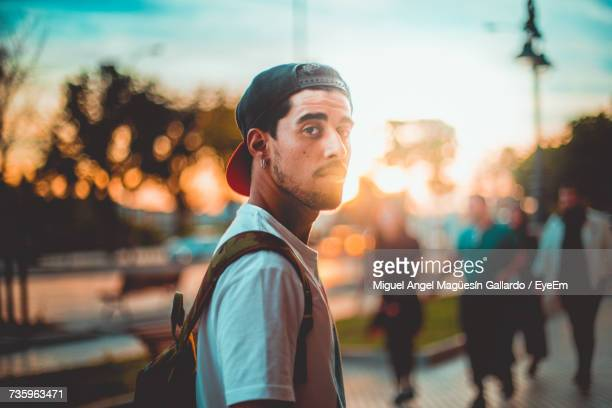 portrait of young man in city against sky - tête composition photos et images de collection