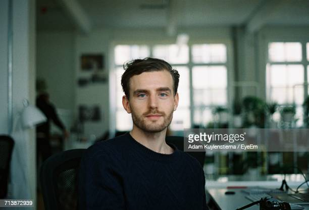 portrait of young man in office - 25 29 jahre stock-fotos und bilder