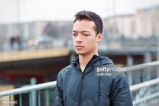 portrait of young man in the city - schwarzes haar stock-fotos und bilder
