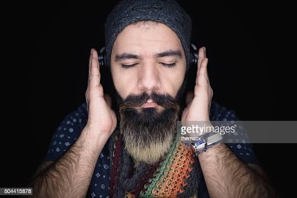 Porträt eines jungen Mannes hören Musik