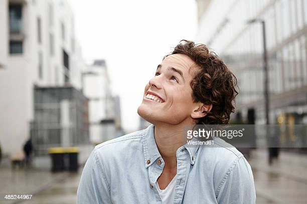 portrait of young man looking up - seitenansicht stock-fotos und bilder