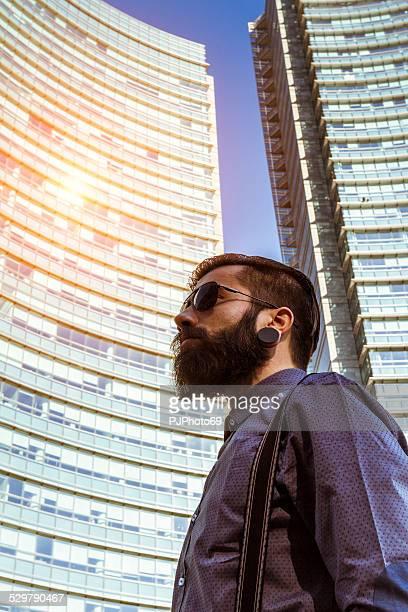 Porträt eines jungen Mannes (Hipster-Stil)