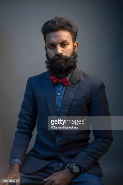retrato de hombre joven con barba en traje - objeto masculino fotografías e imágenes de stock