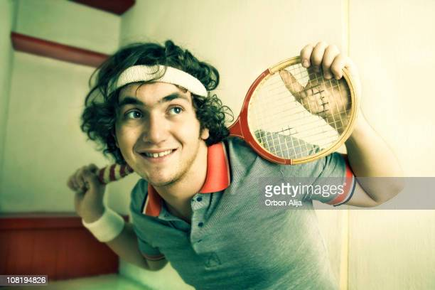 retrato de hombre joven posando con paleta - cinta deportiva del pelo fotografías e imágenes de stock