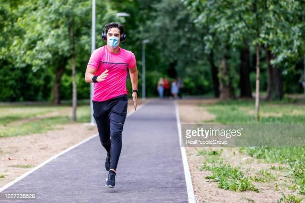 retrato de jovem correndo - corrida esportiva - fotografias e filmes do acervo