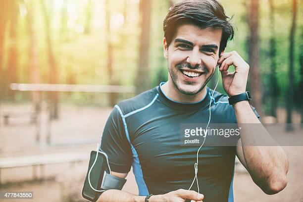 Porträt eines jungen Mannes hören Musik mit Sportkleidung