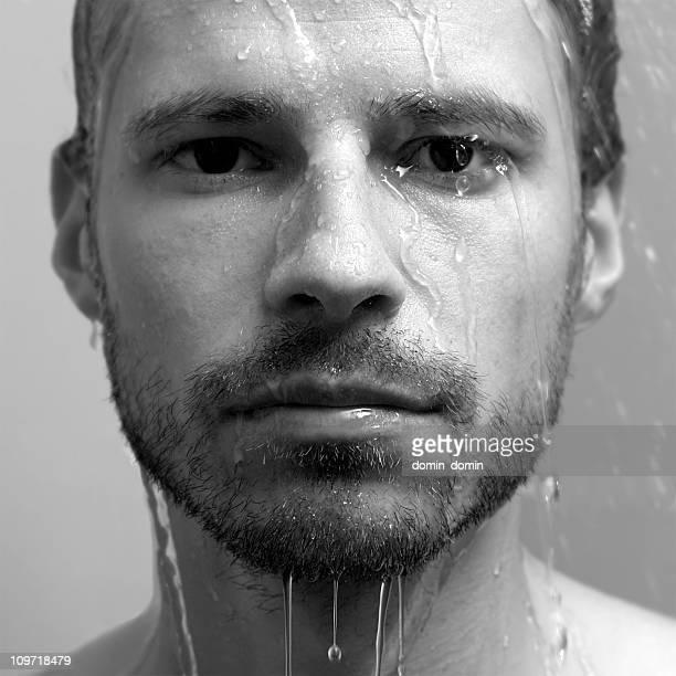 retrato de hombre joven con agua corriendo hacia abajo su rostro - hombre ducha fotografías e imágenes de stock