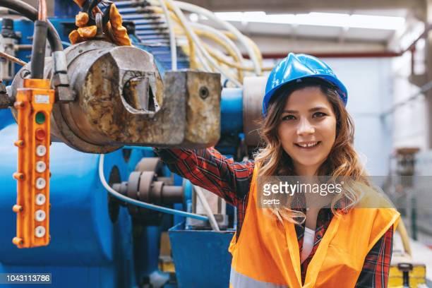 porträt des jungen maschinenbauingenieur mann arbeitet im fabrikgebäude. - maschinenbau stock-fotos und bilder