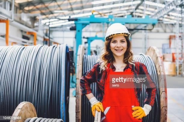 porträt des jungen maschinenbauingenieur frau arbeitet im fabrikgebäude. - maschinenbau stock-fotos und bilder