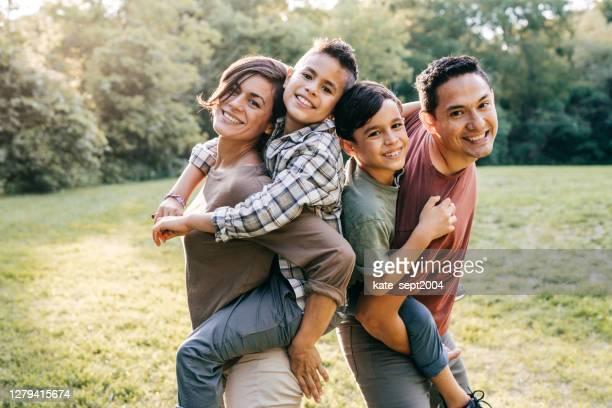 porträt der jungen mexikanischen familie - lateinamerikaner oder hispanic stock-fotos und bilder