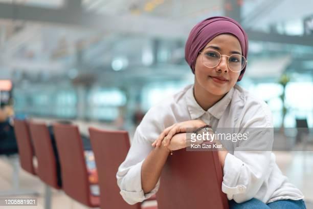 チュードゥンの若いイスラム教徒の女性の肖像画 - シンガポール文化 ストックフォトと画像