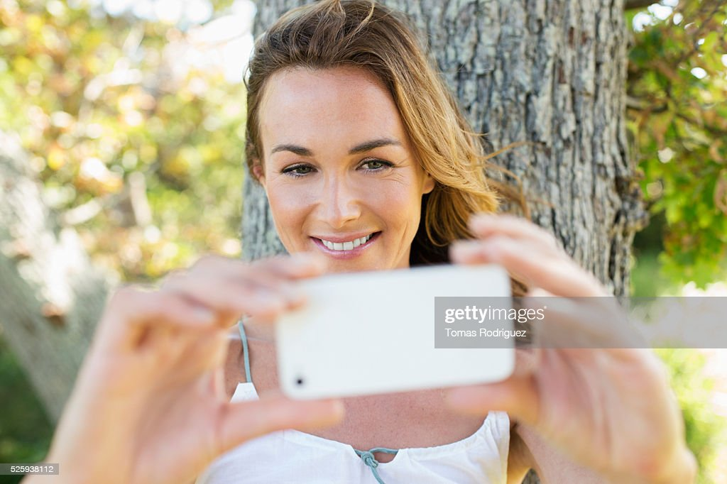 Portrait of young photographing herself : Stock-Foto