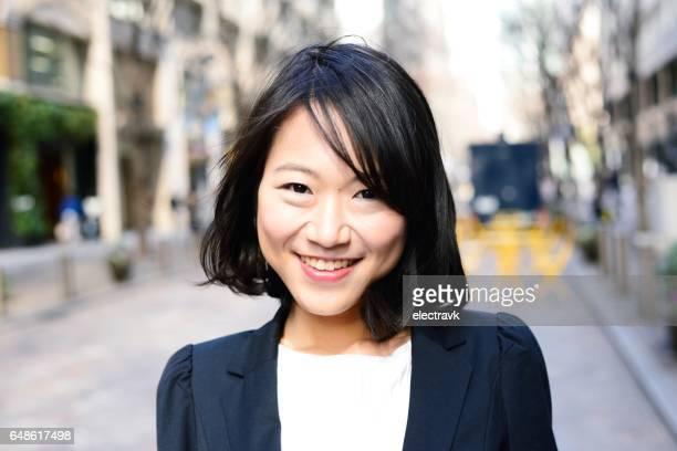 portrait of young professional - femme japonaise belle photos et images de collection