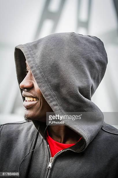 porträt eines jungen, lächelnden afro-amerikanische mit kapuze - pjphoto69 stock-fotos und bilder