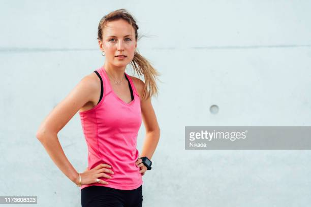 verticale de jeune femme sportive - joggeuse photos et images de collection