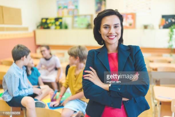 生徒に教える授業中の若い教師の肖像 - 校長 ストックフォトと画像