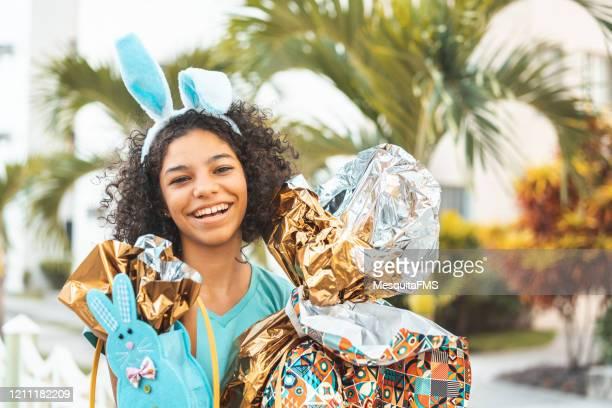イースターを祝う若い十代の少女の肖像画 - イースターエッグのチョコレート ストックフォトと画像