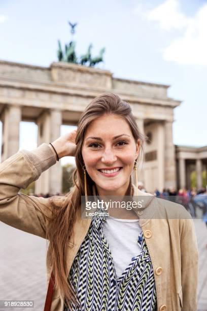 Porträt der Frau junger Tourist in Berlin - Brandenburger Tor