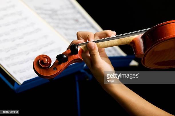 Porträt eines jungen Geiger mit alten und wertvolle Violine.