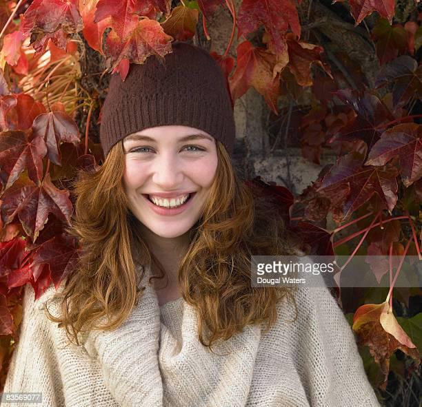 portrait of young woman against autumn leaves. - alleen één jonge vrouw stockfoto's en -beelden